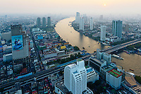 Thailande, Bangkok, vue sur la ville et le fleuve Chao Phraya depuis le Lebua hotel // Thailand, Bangkok, Chao Phraya river and city from Lebua hotel
