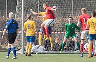 FODBOLD: Asger Onsberg (Helsinge) header mod målmand Magnus Hoffmann (Ølstykke FC) under kampen i Serie 1 mellem Helsinge Fodbold og Ølstykke FC den 14. april 2018 på Helsinge Stadion. Foto: Claus Birch.