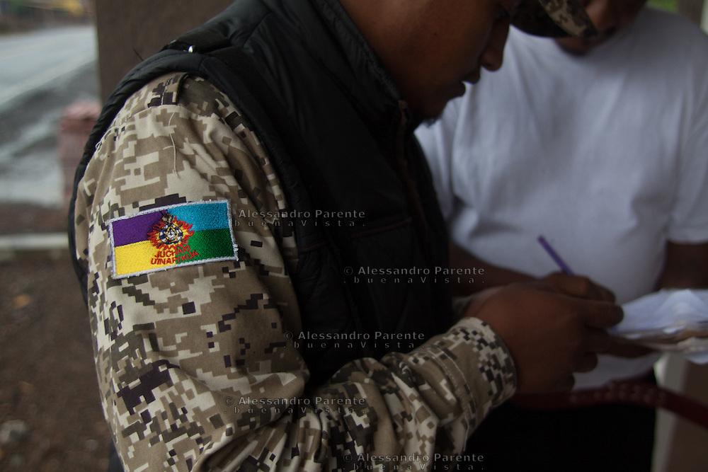Bandiera Purepecha sulle divise della guardia comunitaria.