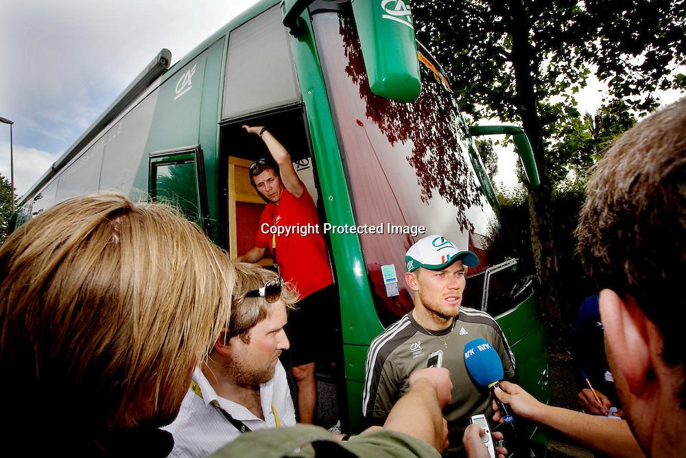 Aurillac 20080711. Thor Hushovd var sliten etter å ha gitt alt, til ingen nytte, på den 7.etappen i Tour de France.  I bakgrunnen trener Atle Kvålsvoll.....Foto: Daniel Sannum Lauten / Dagbladet