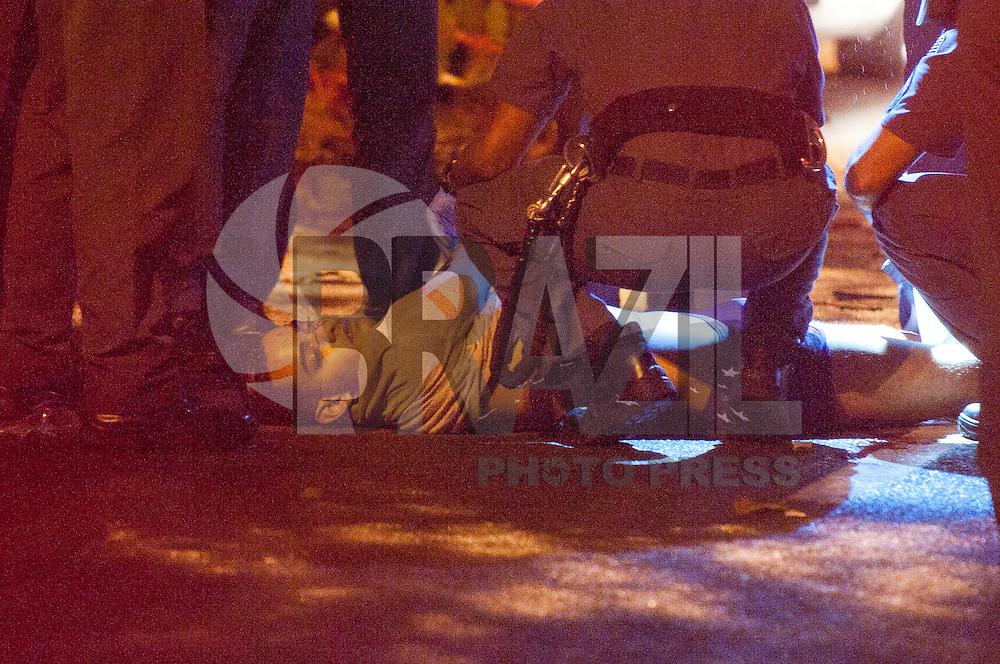 SAO PAULO, SP, 21.04.2015 - Assalto a restaurante na rua 13 de Maio, na altura do numero 1500 no bairro Bela Vista, acaba com tiroteio e um dos assaltantes morto pela PM. Na noites dessa terça 21.( Foto: Gabriel Soares/ Brazil Photo Press)