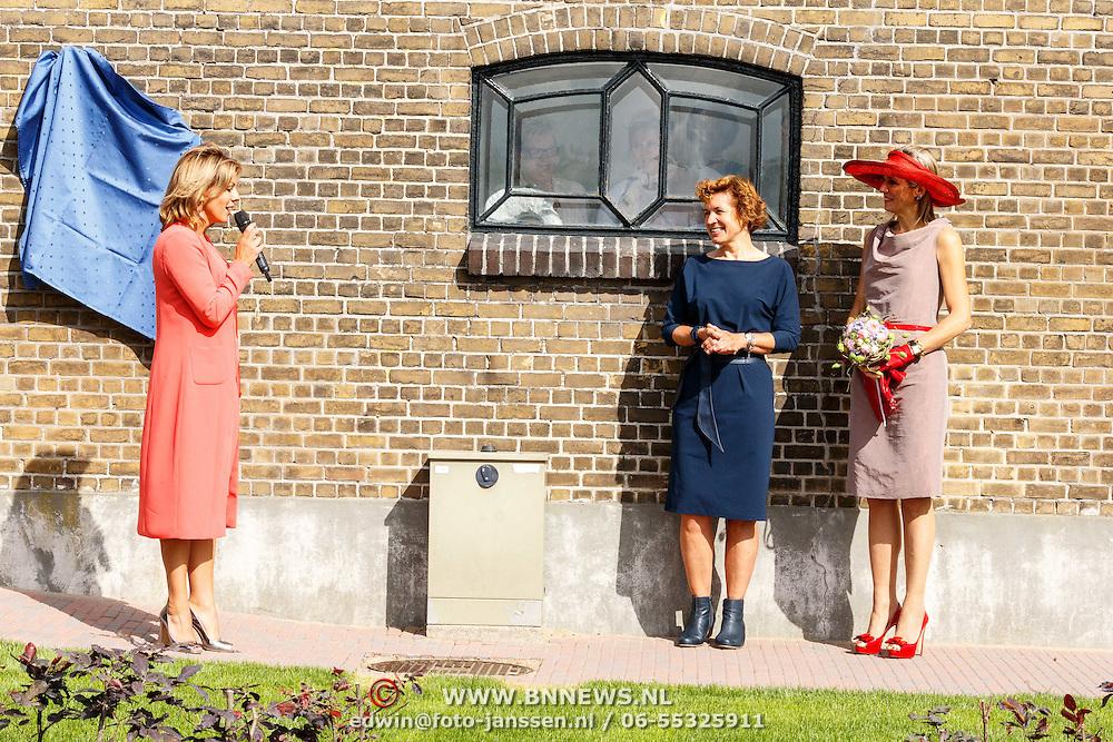 NLD/Zevenhuizen/20150709 -  Koningin Maxima opent het Leontienhuis, een initiatief van oud-wielrenster Leontien Zijlaard-van Moorsel, Leontien Zijlaard-van Moorsel met Koningin Maxima en manager Fieke Thijs