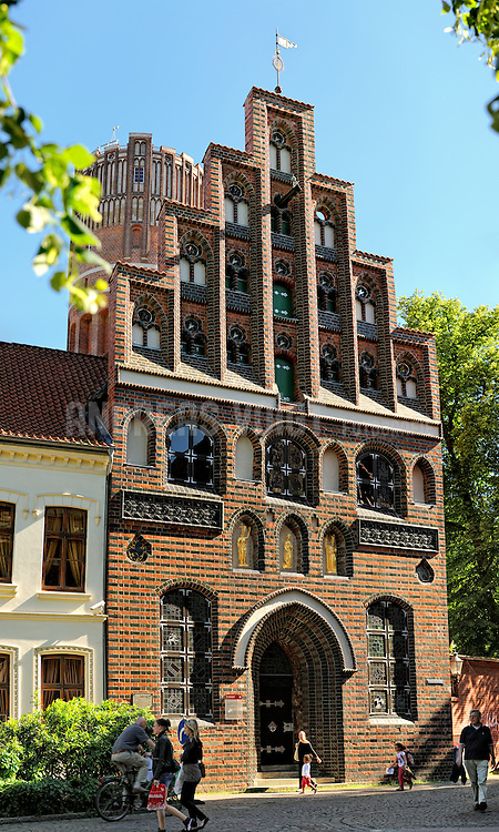 Haus des Kalandes in Lüneburg: Errichtet um 1491, erneuert 1896. Das Haus war Versammlungsort der sogenannten  Kalandesbruderschaft (aufgelöst 1532), die vorwiegend wohltätigen Zwecken diente.
