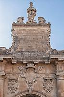 Porta San Biagio. Porta San Biagio è una delle tre porte di accesso al nucleo antico di Lecce, dedicata a san Biagio vescovo della città di Sebaste in Armenia nel IV secolo. Costituisce l'accesso meridionale all'antico nucleo urbano. Si trova in prossimità di piazza d'Italia. Sorta al posto di una porta più antica voluta da Carlo V, Porta San Biagio fu ricostruita nel 1774 per volere del governatore di Terra d'Otranto Tommaso Ruffo, come si evince dall'epigrafe latina posta a coronamento. La porta, caratterizzata da coppie di colonne a fusto liscio poggianti su alti basamenti è sormontata dallo stemma di Ferdinando IV di Borbone e da quello della città di Lecce duplicato ai lati. Al di sopra della trabeazione si eleva il fastigio di coronamento che accoglie un'epigrafe commemorativa. La scultura di san Biagio in abiti vescovili, completa l'ornamento artistico della porta. Questa porta è alta 17,3 m.