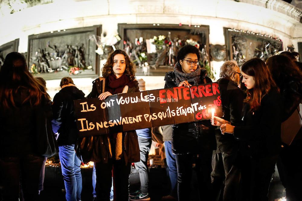 Place de la R&eacute;publique, 8 janvier 2015, rassemblement spontan&eacute; apr&egrave;s l&rsquo;attentat &agrave; Charlie Hebdo.<br /> L&rsquo;attentat contre Charlie Hebdo est une attaque terroriste islamiste perp&eacute;tr&eacute;e contre le journal satirique Charlie Hebdo par Ch&eacute;rif et Sa&iuml;d Kouachi le 7 janvier 2015 &agrave; Paris, jour de la sortie du num&eacute;ro 1 177 de l&rsquo;hebdomadaire. C&rsquo;est le premier des attentats de janvier 2015 en France.