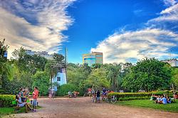 O Parque Moinhos de Vento, popularmente conhecido como Parcão, é uma área verde localizada no bairro Moinhos de Vento, em Porto Alegre. O parque, com uma área de 11,50 hectares que havia pertencido ao Jockey Club do Rio Grande do Sul, foi inaugurado no dia 9 de novembro de 1972 e, desde então, é utilizado para a prática de esportes, caminhadas e encontros. A sede administrativa fica na réplica de um moinho açoriano, cercado por um lago artificial que possibilita vida para uma fauna composta por peixes, tartarugas, jabutis gansos e marrecos. FOTO: Jefferson Bernardes / Preview.com