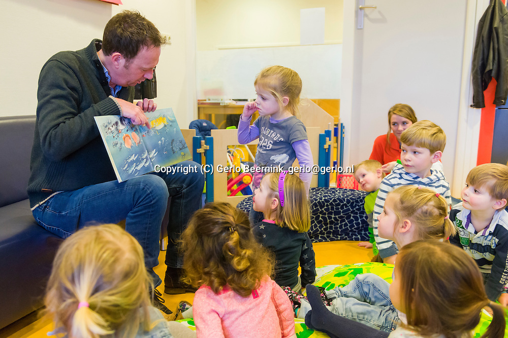 Nederland, Den Bosch, 20150122.<br /> Voorleesontbijt op het kinderdagverblijf Smalsteps, de Toverhoed-Noord met  televisiepresentator Jochem van Gelder.<br /> Jochem van Gelder leest de kinderen voor. Hij eet ook een hapje mee met de kinderen.<br /> De Nationale Voorleesdagen zijn een initiatief van Stichting Lezen. Doel van deze campagne is het stimuleren van voorlezen aan kinderen die zelf nog niet kunnen lezen. Centraal tijdens de Voorleesdagen staat het Prentenboek van het Jaar 2015 Boer Boris gaat naar zee van schrijver Ted van Lieshout en illustrator Philip Homan.<br /> <br /> Netherlands, Den Bosch, 20150122.<br /> Read for breakfast at the daycare Small Steps, the Toverhoed North with television presenter Jochem van Gelder.<br /> Jochem van Gelder reads the children. He also eats a snack along with the children.<br /> The National Reading Days are an initiative of Reading Foundation. The aim of this campaign is to encourage reading to children who do not yet read. Central during the Reading Days is the Picture Book of the Year 2015 Boer Boris goes to sea from author Ted van Lieshout and illustrator Philip Homan.