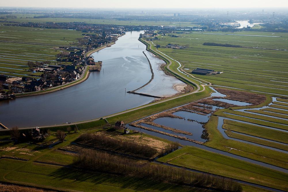 Nederland, Zuid-Holland, Hollandsche IJssel, 20-03-2009; Hollandse IJssel tussen Nieuwerkerk a/d IJssel en Ouderkerk a/d IJssel, gezien naar Rotterdam.De Groendijk ( rechts van de rivier)  dreigde het tijdens de watersnood van 1953 te  begeven waardoor een groot deel van het laag gelegen en dicht bevolkte westen van Nederland ondergelopen zouden zijn..During the flood of 1953, the dike was in a very bad shape and as a consequence the low-lying and densely populated west of the Netherlands was almost flooded..Upsteam storm surge bariers now protect this part of the country..Swart collectie, luchtfoto (toeslag); Swart Collection, aerial photo (additional fee required).foto Siebe Swart / photo Siebe Swart