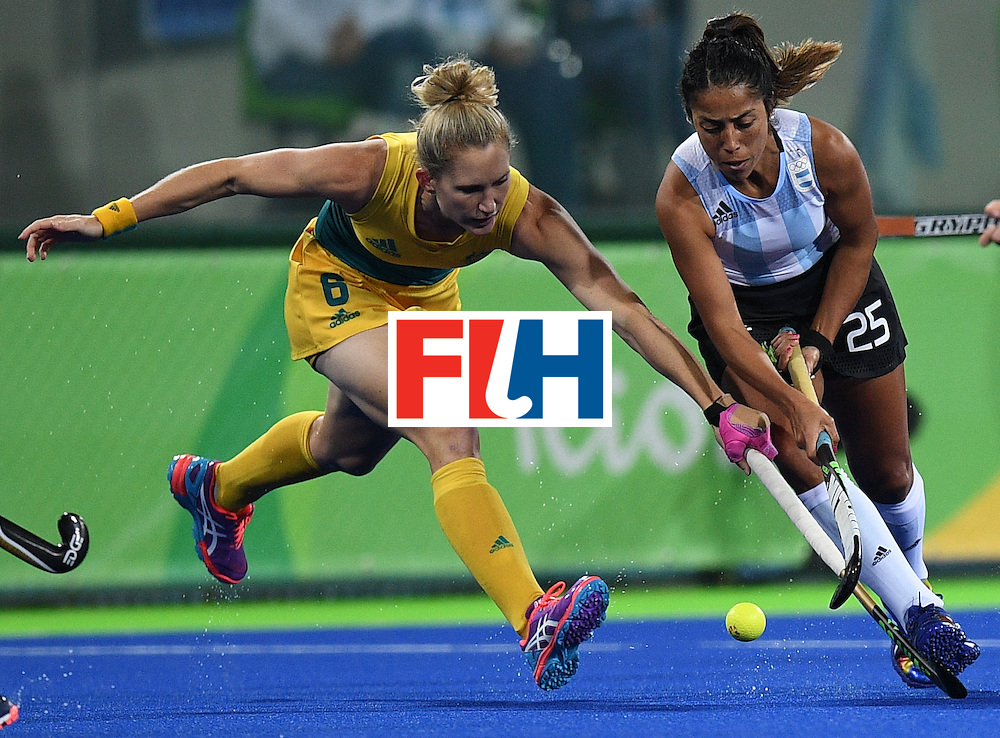 Australia's Kirstin Dwyer (L) vies for the ball with Argentina's Gabriela Aguirre during the women's field hockey Australia vs Argentina match of the Rio 2016 Olympics Games at the Olympic Hockey Centre in Rio de Janeiro on August, 11 2016. / AFP / MANAN VATSYAYANA        (Photo credit should read MANAN VATSYAYANA/AFP/Getty Images)