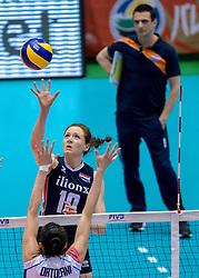 20-05-2016 JAP: OKT Italie - Nederland, Tokio<br /> De Nederlandse volleybalsters hebben een klinkende 3-0 overwinning geboekt op Italië, dat bij het OKT in Japan nog ongeslagen was. Het met veel zelfvertrouwen spelende Oranje zegevierde met 25-21, 25-21 en 25-14 / Lonneke Sloetjes #10 en Coach Giovanni Guidetti op de achtergrond