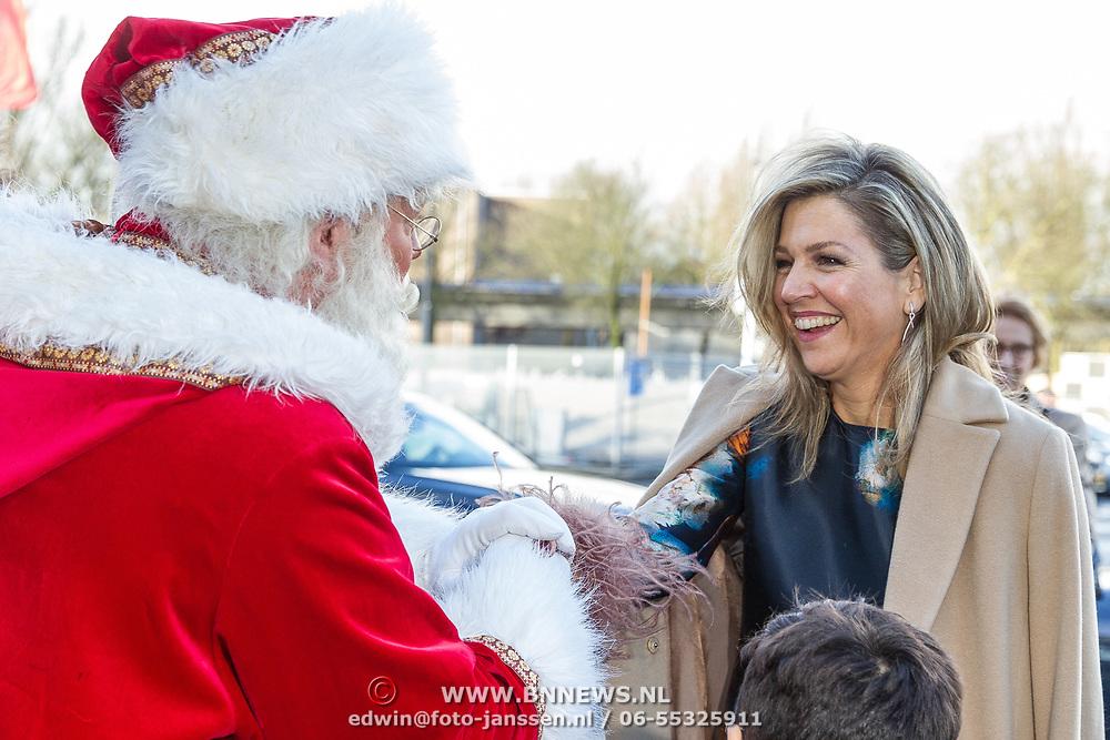 NLD/Rotterdam/20171214 - Maxima bij Kerst Muziek gala 2017, Koningin Maxima met de kerstman