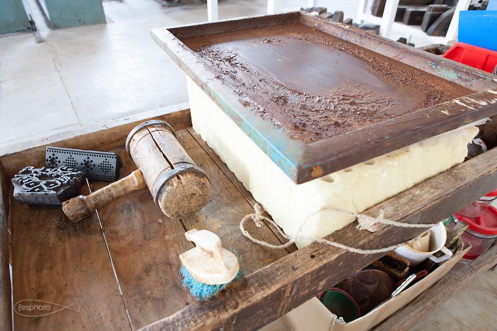 Soveria Mannelli (CZ) - Lanificio Leo. Reparto di stampa xilografia handmade a ruggine. Tampone e martello di stampa.