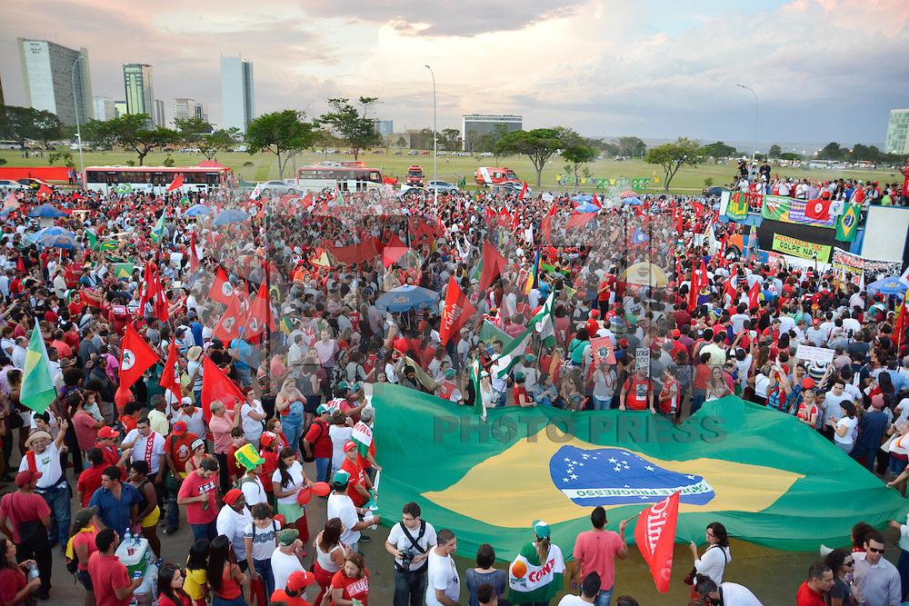 BRASÍLIA, DF, 18.03.2016 – PROTESTO-DF – Manifestação a favor da presidente Dilma Rousseff e do ex-presidente Luiz Inácio Lula da Silva, no Museu da República em Brasília, no início da noite desta sexta-feira, 18. (Foto: Ricardo Botelho/Brazil Photo Press)