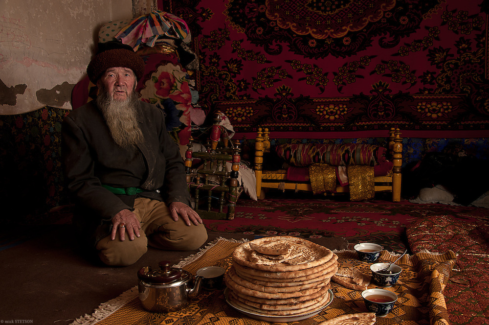 — Doctor Ghopor, 95 years old, receives many visitors from Kashgar and the outlying districts. The visitors seek traditional medicinal treatments and spiritual guidance from him.