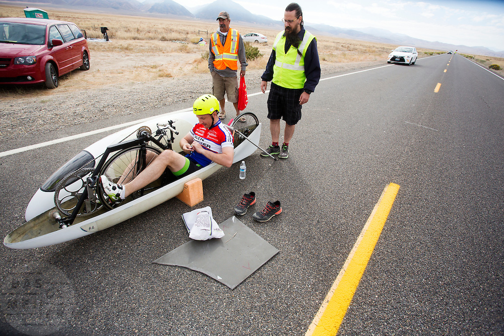 Alexei gaat van start voor de kwalificaties op maandagochtend. In Battle Mountain (Nevada) wordt ieder jaar de World Human Powered Speed Challenge gehouden. Tijdens deze wedstrijd wordt geprobeerd zo hard mogelijk te fietsen op pure menskracht. Het huidige record staat sinds 2015 op naam van de Canadees Todd Reichert die 139,45 km/h reed. De deelnemers bestaan zowel uit teams van universiteiten als uit hobbyisten. Met de gestroomlijnde fietsen willen ze laten zien wat mogelijk is met menskracht. De speciale ligfietsen kunnen gezien worden als de Formule 1 van het fietsen. De kennis die wordt opgedaan wordt ook gebruikt om duurzaam vervoer verder te ontwikkelen.<br /> <br /> In Battle Mountain (Nevada) each year the World Human Powered Speed Challenge is held. During this race they try to ride on pure manpower as hard as possible. Since 2015 the Canadian Todd Reichert is record holder with a speed of 136,45 km/h. The participants consist of both teams from universities and from hobbyists. With the sleek bikes they want to show what is possible with human power. The special recumbent bicycles can be seen as the Formula 1 of the bicycle. The knowledge gained is also used to develop sustainable transport.