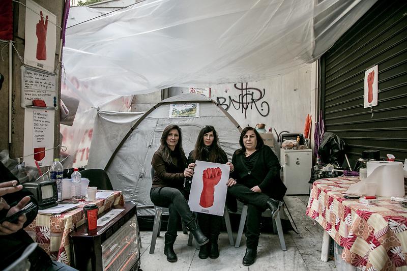 Antonia Lampropoulau, 46 anni, e le sue colleghe di fronte al Ministero dell'Economia dove sino ad un anno fà lavoravano come donne delle pulizie. Dopo essere state licenziate si sono organizzate in un presidio permanente, convinte che la vittoria di Syriza renderà loro giustizia.
