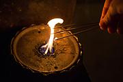 En kvinna tänder tre rökelser vid <br /> Tempel nummer 1, Ryōzen-ji (霊山寺)<br /> <br /> Pilgrimsvandring till 88 tempel på japanska ön Shikoku till minne av den japanske munken Kūkai (Kōbō Daishi). <br /> <br /> Fotograf: Christina Sjögren<br /> Copyright 2018, All Rights Reserved<br /> <br /> A woman light three sticks of incense at the first temple Ryōzen-ji (霊山寺) of the Shikoku Pilgrimage, 88 temples associated with the Buddhist monk Kūkai (Kōbō Daishi) on the island of Shikoku, Naruto,Tokushima Prefecture, Japan<br /> <br /> Photographer: Christina Sjögren<br /> Copyright 2018, All Rights Reserved