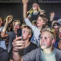 Nederland, Amsterdam, 22 oktober 2016.<br /> Bezoekers tijdens het optreden van DJ Martin Garrix in de Rai in Amsterdam tijdens ADE. (Amsterdam Dance Event)<br /> <br /> Speciale Martin Garrix-show voor alle leeftijden<br /> Gisteren kwam het nieuws naar buiten dat Martin Garrix tijdens het ADE in oktober twee shows zal geven in de RAI in Amsterdam. Eentje daarvan, die op zaterdag 22 oktober, is wel een hele speciale, waar Martin z&eacute;lf bijzonder trots op is. Garrix, zelf onlangs 20 geworden (je zou het bijna vergeten, aangezien hij al ruim 3 jaar zeer succesvol is in de scene), maakte zich al een tijdje sterk voor het initiatief om zijn shows toegankelijk te maken voor jongeren onder de 18.<br /> <br /> Garrix liep vooral in Amerika zelf regelmatig tegen het probleem van zijn nog jonge leeftijd aan. In clubs in de Verenigde Staten moet je sowieso 21 zijn wil je 'normale' toegang krijgen; Martin Garrix' fanbase bestaat voor een heel groot deel uit jongeren van zijn eigen leeftijd, maar ook uit 16-en 17-jarigen. Met name voor deze groep wil hij nu wat terugdoen, zo laat hij weten.<br /> <br /> De show op zaterdag 22 oktober zal ook alcoholvrij zijn; een unicum voor het Amsterdam Dance Event. Ook de tijden van Garrix' show zijn voor de gelgenheid aangepast naar 17.00 tot 22.00 uur. Andere grote namen als Hardwell en Armin van Buuren gaven eerder ook al shows voor alle leeftijden, maar niet tijdens het Amsterdam Dance Event.<br /> <br /> Netherlands, Amsterdam, October 22, 2016.<br /> Visitors during the performance by DJ Martin Garrix at the Rai in Amsterdam during ADE. (Amsterdam Dance Event)<br /> <br /> Martin Garrix gives a special show for all ages during the Amsterdam Dance Event at the RAI in Amsterdam. Since Garrix only recently turned 20 years old himself, he has been initiation shows for people under 18. The show wil be alcohol free and the times have also been adjusted to 17.00 o'clock to 22 o'clock. <br /> <br /> Other big DJ's like Hardwell and Armin