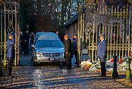 D&eacute;c&egrave;s de la Reine Fabiola de Belgique. Transfert de son corps de sa r&eacute;sidence du Stuyvenbergh &agrave; Bruxelles en direction de la chapelle royale du Chateau de Laeken. Bruxelles, le 08 d&eacute;cembre 2014<br /> A sa sortie le corbillard est suivit par les membres du personnel de la Reine. La famille royale est sortie qu'en a t elle en voiture.