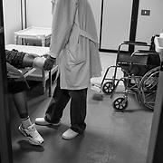 Libye, Benghazi le 13-09-11 The disabled Rehabilitation center of Benghazi. Avec plus de 2500 amputés depuis le début du conflit en février dernier, le workshop du centre de réahbilitation orthopédique de Benghazi ne désemplit pas. On y fabrique des prothèses de jambes pour les personnes ayant subi une amputation mais on y apprend aussi à gérer son handicap.