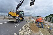 Nederland, Nijmegen, 20-6-2015Dit weekeinde is de oude brug over de waal afgesloten omdat hij wordt aangesloten op de nieuwe verlenging die gebouwd is vanwege de aanleg van de nevengeul. Het leide tot wat files bij de nieuwe stadsbrug de Oversteek. Wegwerkers zijn bezig met een rioolput voor de afvoer van regenwater.FOTO: FLIP FRANSSEN/ HOLLANDSE HOOGTE