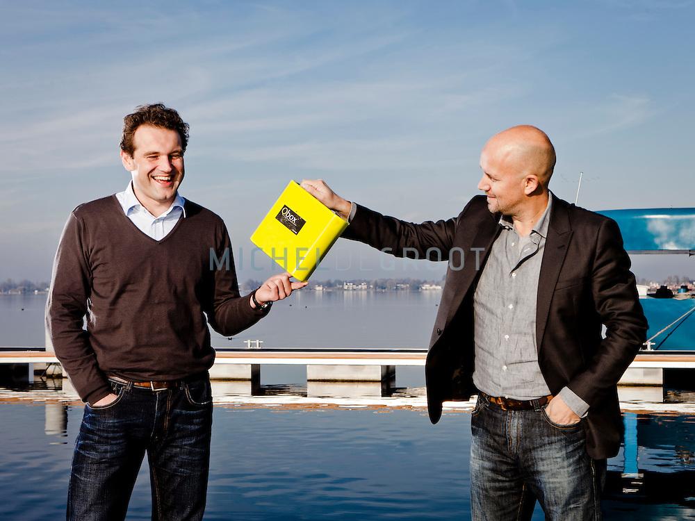 Nieuwe directeur Michel Muurman en vertrekkend directeur Igor Kluijn van Qurrent bij hun kantoorboot in Vinkeveen