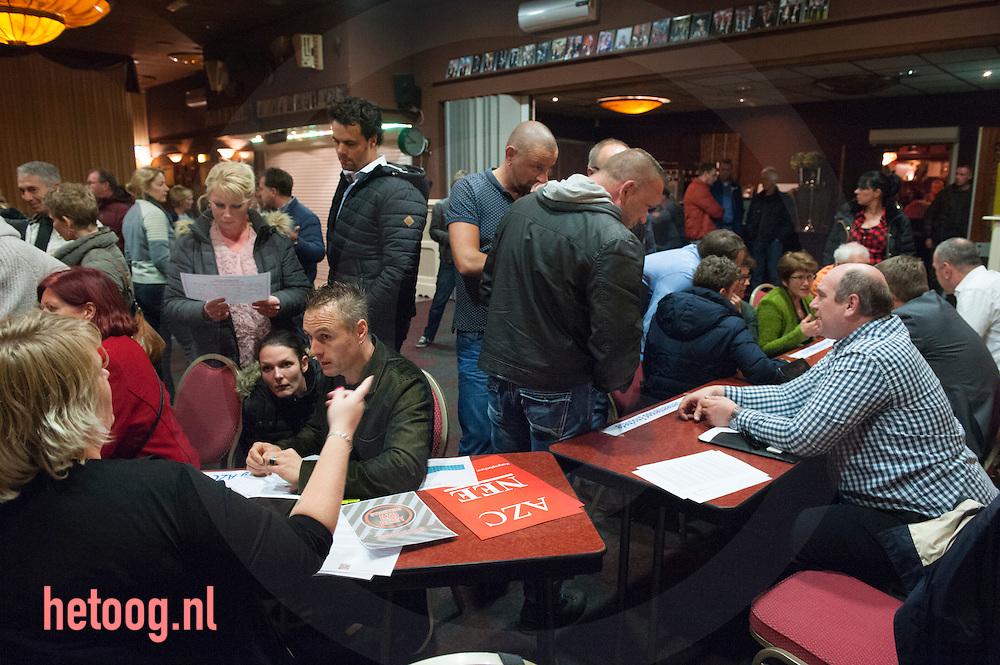 The Netherlands, Nederland Enschede - Glanerbrug 26okt2015 Verontruste burgers tijdens een door de stichting AZC-Alert Enschede (afgesplitst van AZC-Alert Nederland) georganiseerde informatieavond in zalencentrum Hollandia in Glanerbrug over de voorgenomen verstiging van een asielzoekerscentrum in de wijk Dolphia. Diverse organisaties die tegen het AZC en vluchtelingenbeleid zijn gaven acte de presence. Ook de politie was aanwezig om vragen te beantwoorden. Zaterdag 31 okt. organiseert azcAlert een protest bijeenkomst op het Eschmarkeveld, de beoogde opvanglocatie. Antifascisten uit Duitsland en Nederland hebben hun komst bij die demonstratie ook al aangekondigd. Foto Cees Elzenga / Hollandse-Hoogte