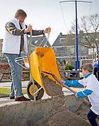 Koning Willem-Alexander en Koningin Maxima nemen deel aan vrijwilligersactie NL Doet en klussen mee in speeltuin en buurtvereniging Vreugdeoord in Alpen aan den Rijn, 12 Maart 2015. NL Doet is een vrijwilligersactie van het Oranje Fonds, de koning en de koningin zijn beschermheer en beschermvrouwe van het fonds.<br /> <br /> King Willem-Alexander and Queen Maxima of The Netherlands volunteering at playground and community Vreugdeoord in Alpen aan den Rijn, The Netherlands, 12 March 2016. NL Doet is in initiative of the Oranje Fonds, the King and Queen are patron and patroness of the foundation. <br /> <br /> Op de foto / On the photo: <br />  Koning Willem Alexander