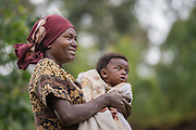 We met this mother and her child on one of our stops between Kigali and Volcano National Park. We found a god tone, and she did not mind to be photographed | Vi møtte denne moren med barn på en av våres stopp mellom Kigali og Volcano National Park. Vi fikk en god tone, og hun hadde ingenting imot å bli fotografert sammen med sitt barn.