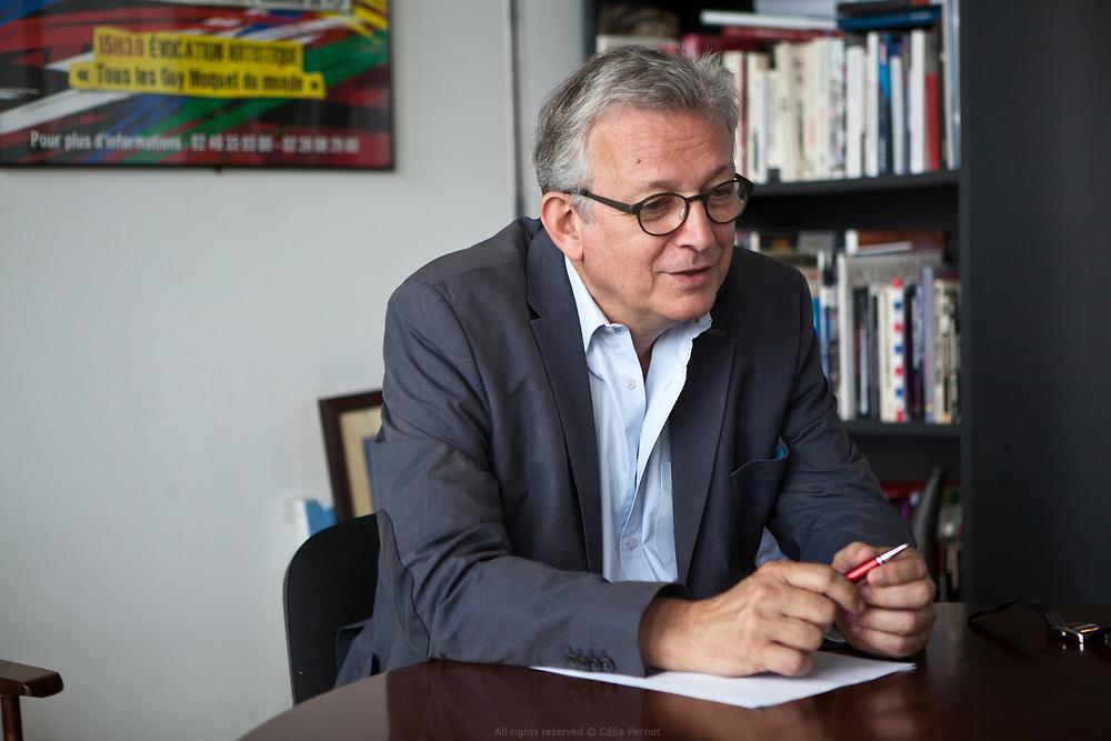 Pierre Laurent est un journaliste et homme politique français, ancien directeur de la rédaction de L'Humanité, secrétaire national du Parti communiste français depuis le 20 juin 2010, sénateur de Paris depuis 2012 et président du Parti de la gauche européenne entre 2010 et 2016.
