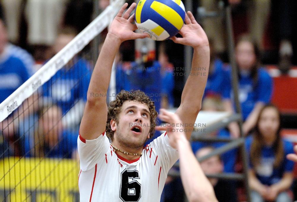 18-03-2006 VOLLEYBAL: PLAY OFF HALVE FINALE: PIET ZOOMERS D - HVA AMSTERDAM: APELDOORN<br /> Piet Zoomers wint de eerste van de vijf wedstrijden vrij eenvoudig met 3-0 / Yannick van Harskamp<br /> Copyrights2006-WWW.FOTOHOOGENDOORN.NL