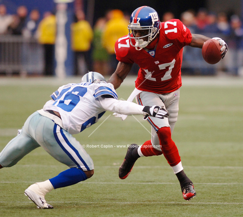 Giants' Plaxio Burress cuts down the field in the first half of the New York Giants vs Dallas Cowboys match-up at Giants Stadium, Sunday, December 4, 2005.  (Robert Caplin for The New York Times).....