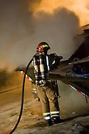 Trondheim Brann og Redningstjeneste slukker en brann i en søppelcontainer på Flatåsen i Trondheim...Trondheim Fire Brigade extinguish a fire in a garbage container at Flataasen in Trondheim.
