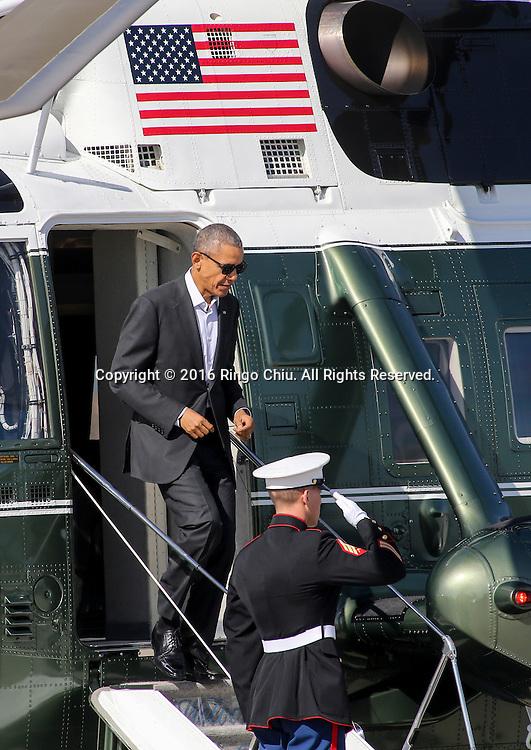 2月12日,美国总统奥巴马乘海军一号抵达加州洛杉矶国际机场。他将转乘空军一号前往兰丘米拉奇(Rancho Mirage)「阳光之乡」安纳伯格庄会同国务卿约翰&middot;克里出席下星期一、二举行的美国与东盟峰会。白宫形容这项美国总统与东盟十国领袖的首次峰会为史无前例,指此举将进一步推展奥巴马「重新平衡」美国对亚洲外交政策。新华社发(赵汉荣摄)<br /> President Barack Obama exits Marine One at Los Angeles International Airport in Los Angeles, the United States, on Friday, Feb 12, 2016, en route to Palm Springs in advance of a summit of Asian leaders on Monday and Tuesday, which the president will host at Sunnylands resort in Rancho Mirage. Obama will be joined by Secretary of State John Kerry at Sunnylands for the gathering of leaders from the Association of Southeast Asian Nations. The summit is aimed at strengthening the new U.S.-ASEAN strategic partnership, forged last November during a presidential trip to Malaysia. (Xinhua/Zhao Hanrong)(Photo by Ringo Chiu/PHOTOFORMULA.com)<br /> <br /> Usage Notes: This content is intended for editorial use only. For other uses, additional clearances may be required.