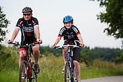 Bij Hollandsche Rading fietst een man met zijn zoon op een mountainbike.<br /> <br /> Near Hollandsche Rading a father cycles with his son on a mountainbike.