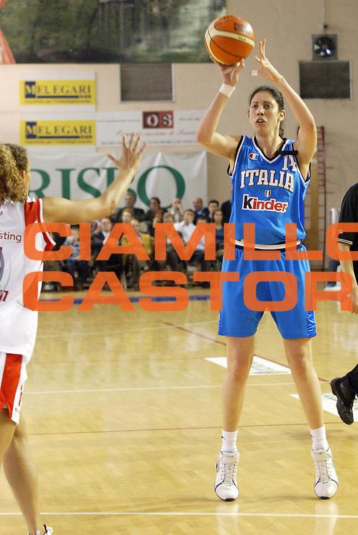 DESCRIZIONE : Parma Lega A1 Femminile 2005-06 All Star Game Italia Selezione Straniere <br /> GIOCATORE : Prado <br /> SQUADRA : Italia <br /> EVENTO : Campionato Lega Femminile A1 2005-2006 All Star Game <br /> GARA : Italia Selezione Straniere <br /> DATA : 08/04/2006 <br /> CATEGORIA : Passaggio <br /> SPORT : Pallacanestro <br /> AUTORE : Agenzia Ciamillo-Castoria/E.Pozzo