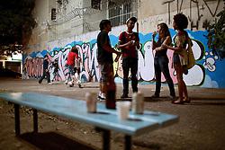 Os jovens Mariana (14), Jessica (15) Tales (15) e Leonardo (17) geralmente compram cervejas e outras bebidas em supermercados e depois se reunem em uma praça pra conversar e beber. Quase sempre a noite. FOTO: Jefferson Bernardes/Preview.com