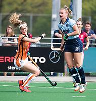 LAREN -  Hockey -  Laurien Leurink (Laren) met Yibbi Jansen (Oranje-Rood) .    Hoofdklasse dames Laren-Oranje Rood (0-4). Oranje Rood plaatst zich voor Play Offs.  COPYRIGHT KOEN SUYK