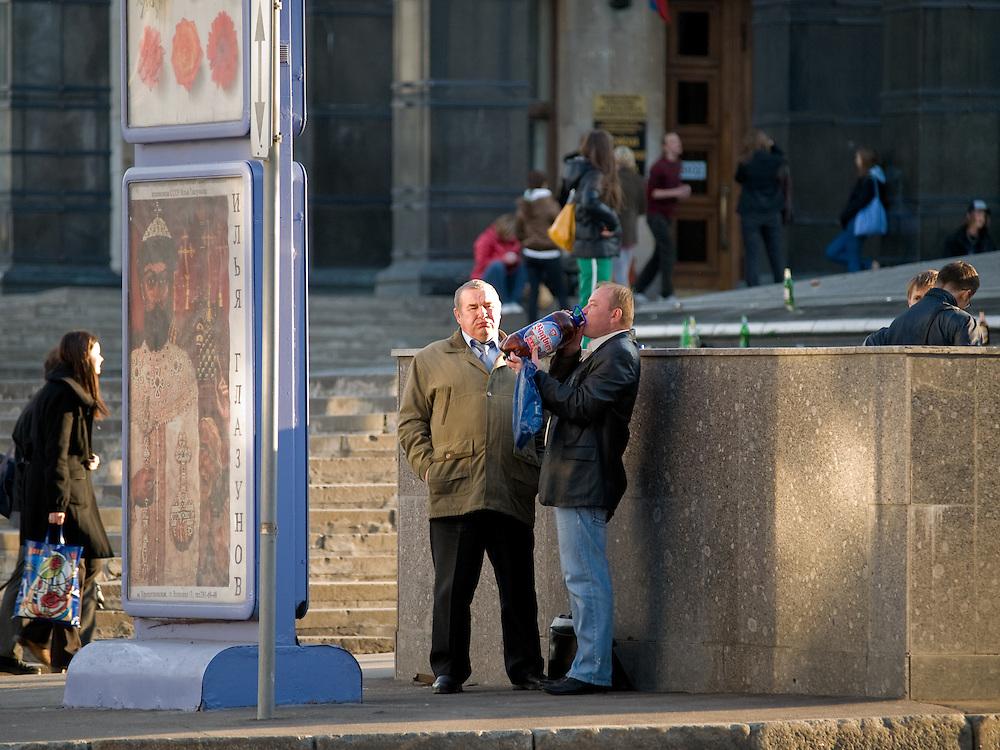 Feierabendbier am Platz vor der Russischen Staatsbibliothek im Zentrum von Moskau. Einen Tag sp&auml;ter (9. Mai 2008) an einem stattlichen Feiertag findet die gro&szlig;e Siegerparade statt.<br /> <br /> After work beer at the square infront of the Russian State Library. One day later the Victory Day parade (took place the 9th of May 2008) will be celebrated during a state holiday.