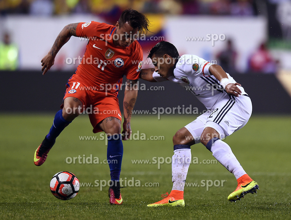 23.06.2016, Soldier Field, Chicago, USA, Coppa America, Kolumbien vs Chile, Halbfinale, im Bild Chile's Eduardo Vargas (L) // during the Semi final match of Copa America Centenario between Colombia and Chile at the Soldier Field in Chicago, United States on 2016/06/23. EXPA Pictures &copy; 2016, PhotoCredit: EXPA/ Photoshot/ Bao Dandan<br /> <br /> *****ATTENTION - for AUT, SLO, CRO, SRB, BIH, MAZ only*****