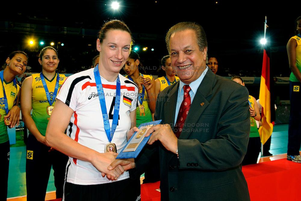 23-08-2009 VOLLEYBAL: WGP FINALS CEREMONY: TOKYO <br /> Brazilie wint de World Grand Prix 2009 / Kerstin Tzscherlich en Hassan Mohamed<br /> ©2009-WWW.FOTOHOOGENDOORN.NL