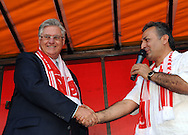 25-06-2008: Voetbal: Turkse Supporters:Tilburg<br /> Burgemeester Vreeman wordt bedankt door de Turkse organisatie. Bij het Willem II stadion in Tilburg kwam de Tilburgse Turkse bevolking bij elkaar om samen de wedstrijd op een megascherm te bekijken<br /> Foto: Geert van Erven