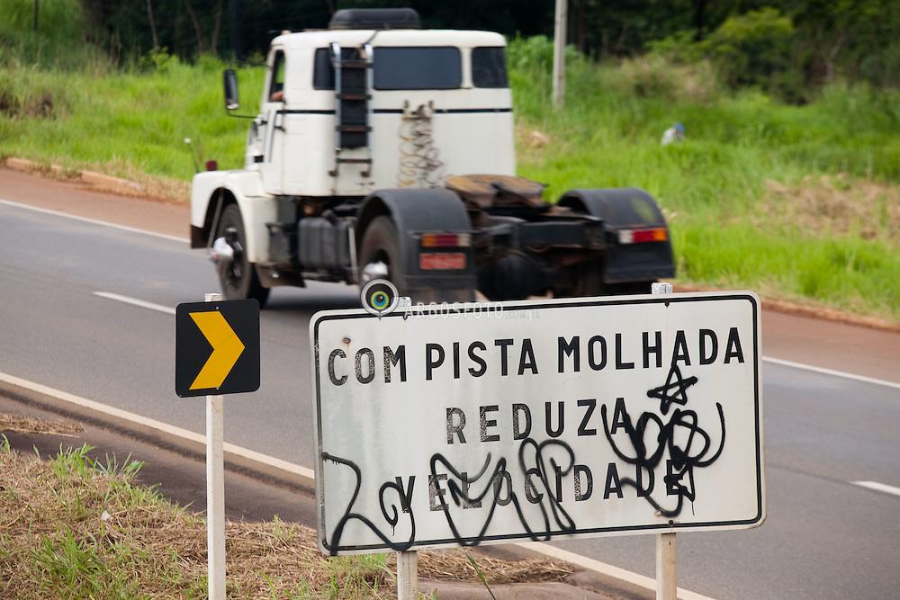 Placa de sinalizacao pichada na Rodovia Federal BR-060, no trexo entre Goiania-GO e Anapolis-GO / Graffiti on the road sign at Highway BR-060,  a federal highway at the Midwest Brazil.