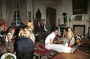 Lisa B, Kyle McLachlan and Maya Fiennes. Maya Fiennes dinner party. House of Cat de Rham and Jonathan Dwek. Ovington Sq. 29 June 2001. © Copyright Photograph by Dafydd Jones 66 Stockwell Park Rd. London SW9 0DA Tel 020 7733 0108 www.dafjones.com
