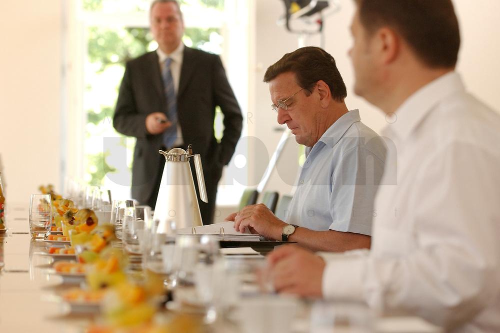 28 JUN 2003, NEUHARDENBERG/GERMANY:<br /> Gerhard Schroeder, SPD, Bundeskanzler, liest in Akten, vor Beginn der Klausurtagung des Bundeskanbinetts, rechts: Olaf Scholz, SPD, Generalsekretaer, Schloss Neuhardenberg, Brandenburg<br /> IMAGE: 20030628-01-011<br /> KEYWORDS: Kabinett, Sitzung, Klausur, Kabinettsklausur, Schloß Neuhardenberg, Gerhard Schröder, Unterlagen, Akte, lesen