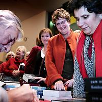 """Nederland,Apeldoorn ,13 december 2005..Schrijver Jan Siebelink is te gast voor een interview bij Podium Gigant en signeert in de pauze en achteraf zijn laatste roman """"Knielen op een bed violen""""."""