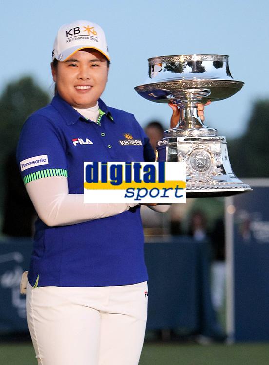 17 August 2014: Inbee Park holds the winning trophy after she wins the 2014 LPGA Golf Damen Wegmans Championsduring the final round of the Wegmans LPGA Golf<br /> Norway only