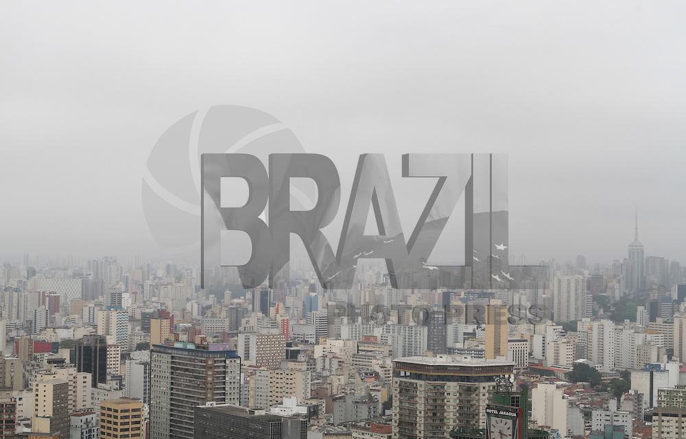 ATENÇÃO EDITOR FOTO EMBARGADA PARA VEÍCULOS INTERNACIONAIS. SÃO PAULO, 26 OUTUBRO DE 2012 - CLIMA TEMPO SP - Tempo começa a fechar na região do centro  com possibilidade de chuva nesse final de tarde e inicio de noite na capital paulista nessa, sexta feira, 26. (FOTO LEVY RIBEIRO - BRAZIL PHOTO PRESS)
