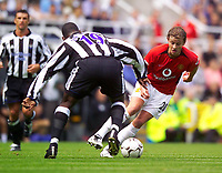 Fotball<br /> Premier League England 2003/2004<br /> Newcastle v Manchester United 23.08.2003<br /> Norway Only<br /> Foto: Digitalsport<br /> <br /> Photo. Jed Wee<br /> Newcastle United v Manchester United, FA Barclaycard Premiership, St. James' Park, Newcastle. 23/08/2003.<br /> Manchester United's Ole Gunnar Solskjær (R) looks to take on Newcastle's Titus Bramble.
