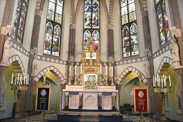 Nederland, Millingen aan de Rijn, 2-2-2013Omdat drie parochies in de Ooijpolder samengevoegd zijn is de kerkdienst op zondag druk bezocht.Foto: Flip Franssen